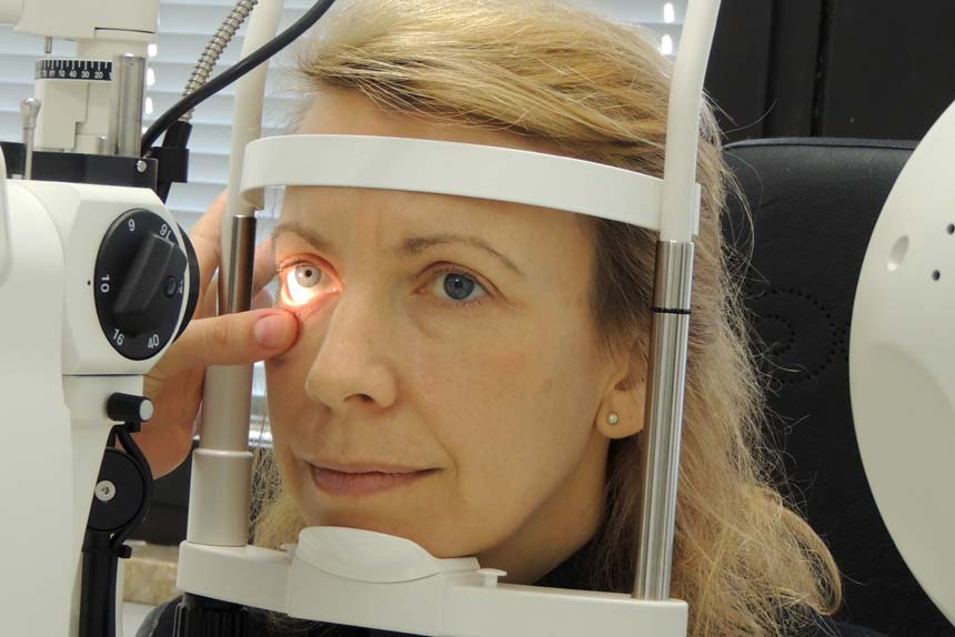 Ein rotes Auge ist ein häufiges Symptom, dass die Betroffenen verständlicherweise beunruhigt. Die Ursachen, die dahinter stecken, können ganz verschieden sein – es gibt vergleichsweise harmlose Auslöser, aber auch ernst zu nehmende Krankheiten.